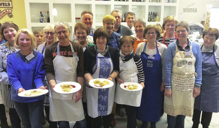 Erstmals kamen 20 Vereinsmitglieder des Freundeskreises unter der Leitung von Küchenmeister Holger Willms in der großzügigen Lehrküche der WIHOGA am Rombergpark zu einem Kochabend zusammen. (Foto: privat)