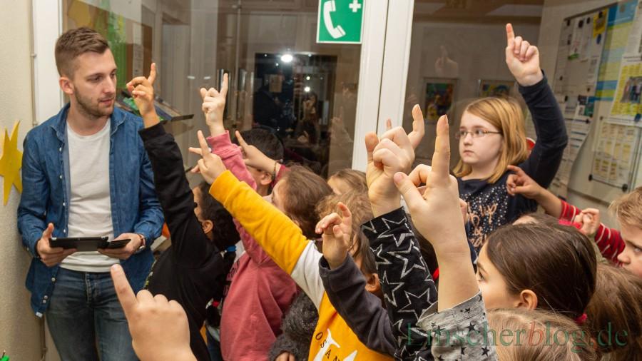 Stellt für die Kinder seiner Eisbärenklasse kleine Erklärvideos ins Netz: Lehrer Jan Günther (li.),. (Foto: P. Gräber - Emscherblog)