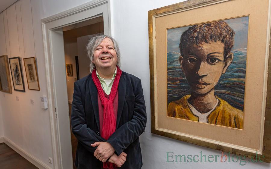 """Der Sammler und Verleger Thomas B. Schumann neben  einem seiner Lieblingsbilder, """"Junge am Meer"""" (ohne Jahrgang) des in Dortmund geborenen Malers Hans Tombrock. (Foto: P. Gräber - Emscherblog)"""