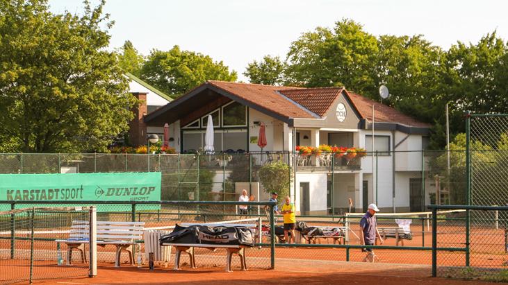 Mit den Fördermitteln des Landes kann der TC Holzwickede nun eine Photovoltaikanlage auf seinem Vereinsheim Auf dem Blick errichten und die Damen- und Herren-Duschen sanieren. (Foto: TC Holzwickede)