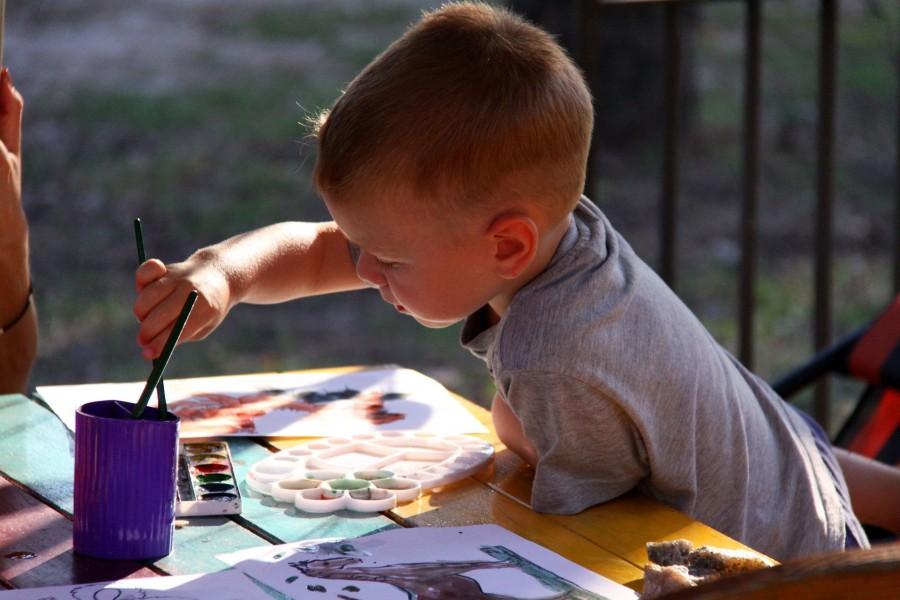 Die Holzwickeder Kinder sind aufgerufen, für die Senioren zu malen und zu basteln. (Foto: Pixelio)