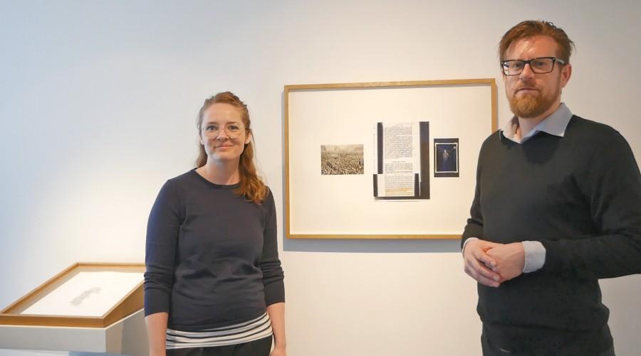 Kuratorin Sally Müller (l.) und Kurator Arne Reimann (r.) vor einem Bild von Ann Böttcher. Foto: Fabiana Regino – Kreis Unna