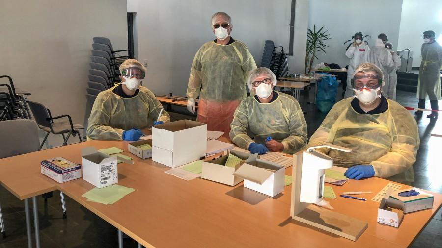 DRK-Einsatzkräfte aus Holzwickede und weiteren Kommunen des Kreises unterstützen die Gesundheitsbehörden des Kreises Unna bei der Corona-Testung im Schmallenbach-Haus in Fröndenberg. (Foto: DRK)