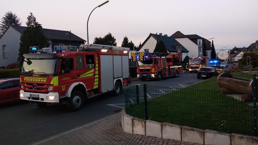 Der Löschzug 1 der Feuerwehr der Gemeinde rückte gestern gegen 20 Uhr in den Landweg aus: Aus einer defekten Baumaschine trat Rauch aus. (Foto: F. Brockbals)