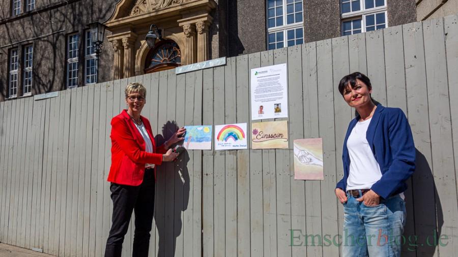 """Zum Start des gemeinschaftlichen Kunstprojekts """"Einssein""""  wurden heute die ersten Bilder aufgehängt: Bürgermeisterin Ulrike Drossel (l.) und Ideengeberin Andrea Springer. (Foto: P. Gräber - Emscherblog)"""