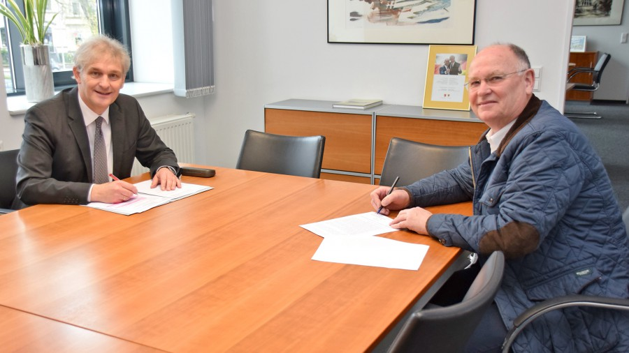 Landrat Michael Makiolla (l.) und CDU-Fraktionschef Willi Jasperneite unterzeichneten den Dringlichkeitsbeschluss. (Foto: Max Rolke – Kreis Unna)