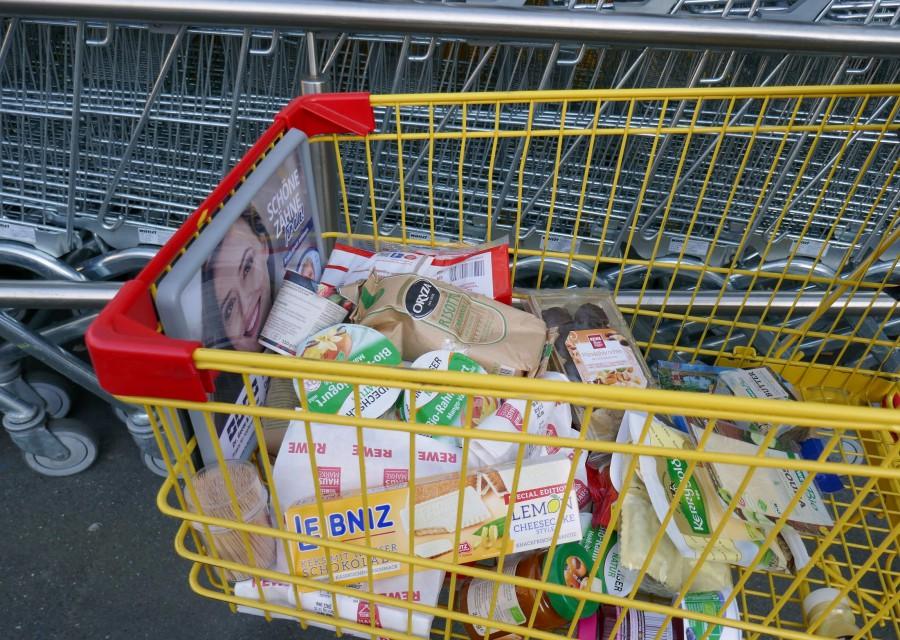 Trotz geschossener Tafel-Ausgabestelle: Lebensmittel im Wert von 30 Euro können die Empfänger im Rewe-Markt mit den Gutscheinen einkaufen, die in der nächsten Woche verteilt werden. (Foto: privat)