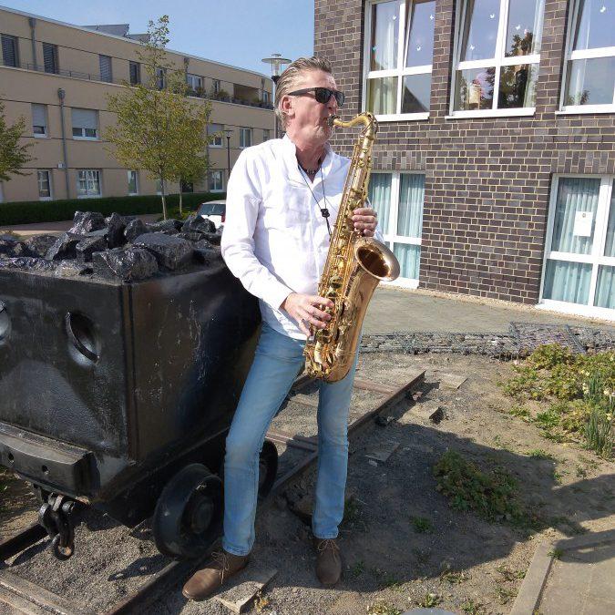 Bei seinem Kurzauftritt vor dem Seniorenhaus Neue Caroline spielte Peter Sagurna standesgemäß auch das Steigerlied für die Bewohner. Foto/Text: Frank Brockbals)
