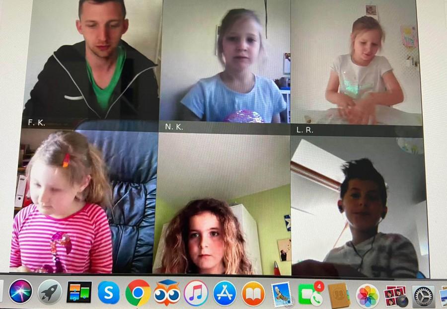 So sieht es aus, wenn Lehrer Jan Günther (oben links) die Kinder seiner Klasse per Videokonferenz zu Hause unterrichtet: Seine Schüler ziehen begeistert mit. (Foto: privat)