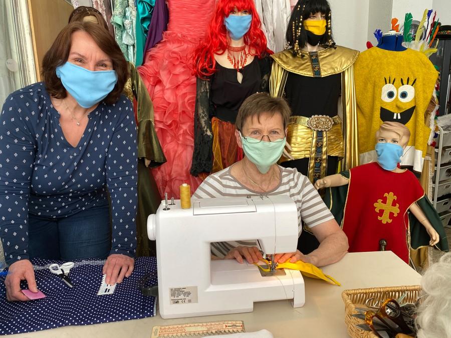 Von der Kostümschneiderei jetzt in die Maskenproduktion: Damenschneidermeisterin Carmen Funk (r.) an der Nähmaschine und Schneiderin Irene Bußmann. (Foto: DasDies GmbH)
