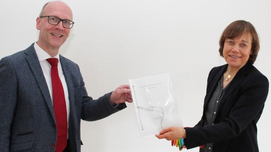 Die Übergabe der Amtsurkunde an Dr. Karsten Schneider übernahm die Präses der Ev. Kirche von Westfalen, Annette Kurschus – auf Distanz. (Foto: EKVW)
