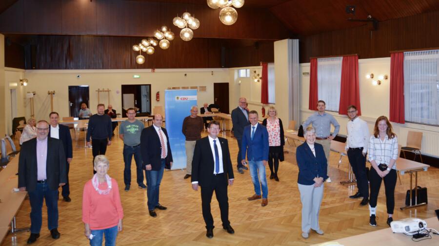 Gruppenfoto in Corona-ZTeiten: Die Wahlkreiskandidatinnen und -kandidaten der CDU mit ihrem Bürgermeisterkandidaten Frank Lausmann (Mitte vorne) nach der Nominierung in der Rausinger Halle. (Foto: privat)