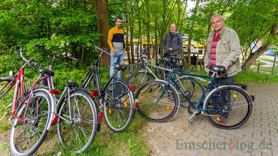 Wiedersehen nach 40 Jahren: Hajo Sprenger aus Bönen (r.) ließ es sich nicht nehmen, sein altes Fahrrad persönlich bei Friedhelm Klemp (M.) und Sharad an der Fahrrad-Werkstatt abzuliefern. (Foto: P. Gräber Emscherblog)