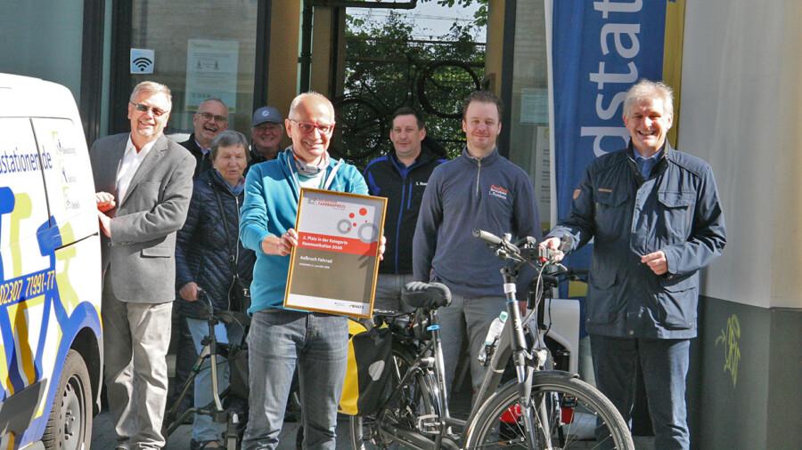 Landrat Michael Makiolla (r.) und Landesvorsitzender des ADFC, Thomas Semmelmann (l.) mit Vertretern der Radstation in Unna. (Foto: Günther Klumpp)