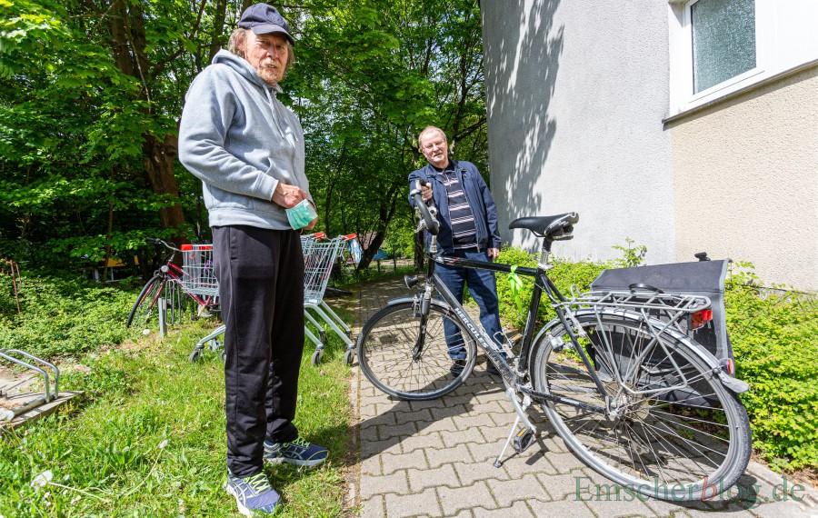 Friedhelm Klemp (l.) und Norbert Griese bitten weiter um Fahrrad-Spenden für bedürftige Menschen in Holzwickede. (Foto: P. Gräber - Emscherblog)