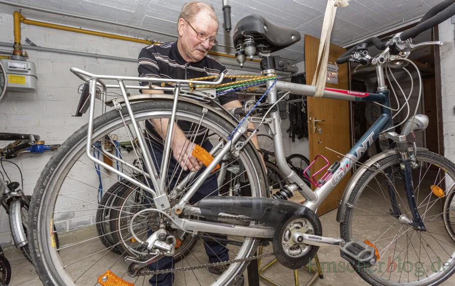 Montags und freitags repariert und wartet Norbert Griese (76 J.) die Fahrräder in der kleinen Werkstatt im Keller des Gebäudes Massener Straße 69. (Foto: P. Gräber - Emscherblog)