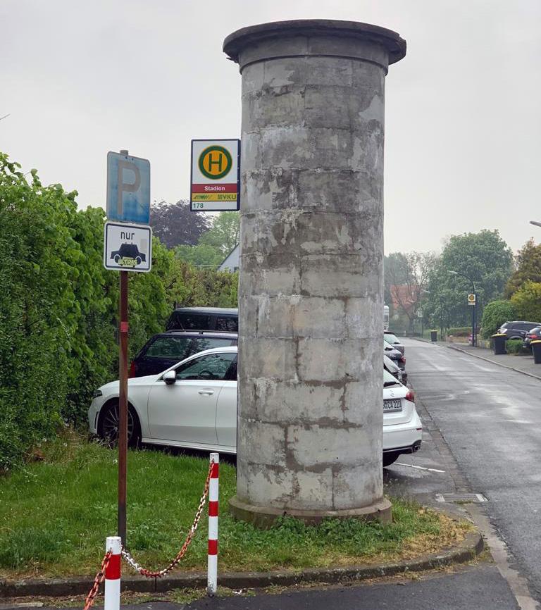 """Auf solche """"unschönen grauen Betonsäulen"""" zielt der FDP-Antrag. (Foto: FDP)"""
