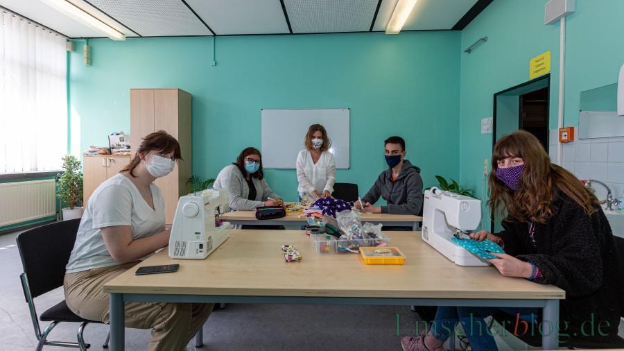 Produzieren nach dem Unterricht Mund-Nase-Masken für die Josef-Redinbg-Schule, v.l.: Vanessa Herder, Pia Pantel mit Solvej Herkelmann und Zekeriya Altin und Lena Heine. (Foto: P. Gräber Emscherblog)