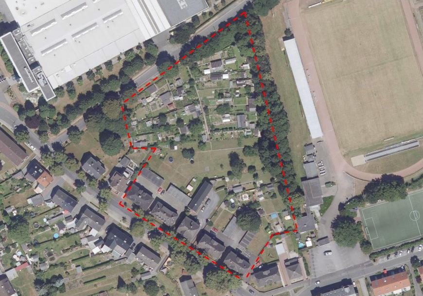 Dieses Luftbild zeigt den Bereich an der Montanhydraulikstraße /Bahnhofstraße für den der Bebauungsplan (rot umrandet) aufgestellt werden soll. (Skizze: Bornemann Architekten)
