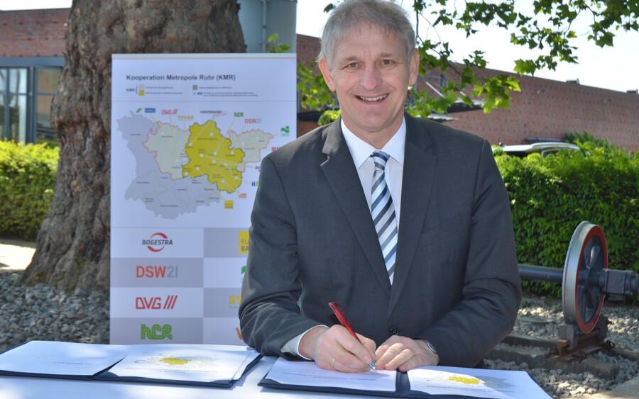 Auch Landrat Makiolla unterzeichnete den 11-Punkte-Plan zur Stärkung des ÖPNV. (Foto: Andre Grabowski - Stadt Bochum)