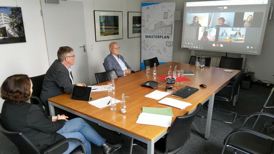 n einer Videokonferenz stellten Katja Schuon (Fachbereichsleiterin), Klaus Faß (Sachgebietsleiter) und Theodor Rieke (Vorsitzender Jugendhilfeausschuss; von li.) heute vor, wie es mit den Jugendtreffpunkten des Kreises weitergehen soll. (Foto Max Rolke - Kreis Unna)