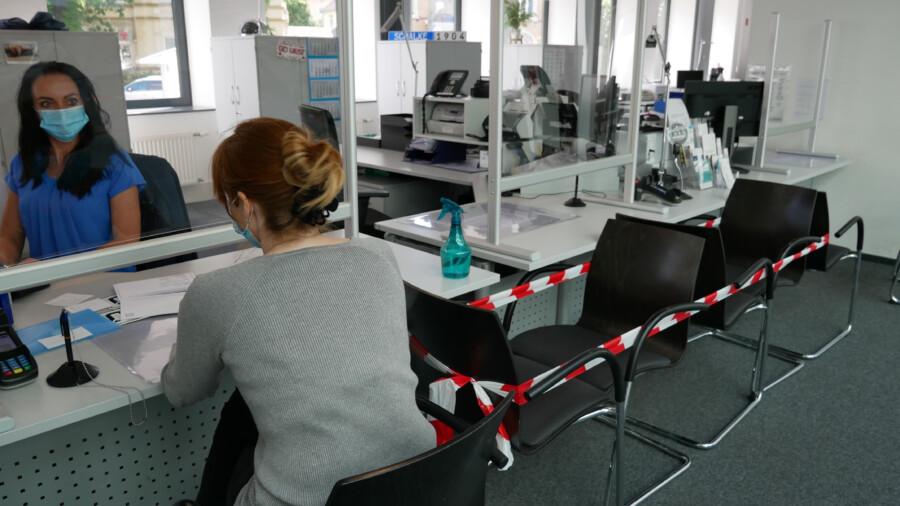 Plexiglas-Abtrennungen und Desinfektionsspray sind neben Abstands- und Terminregeln Vorsichtsmaßnahmen in der Zulassungsstelle. (Foto: Constanze Rauert – Kreis Unna)