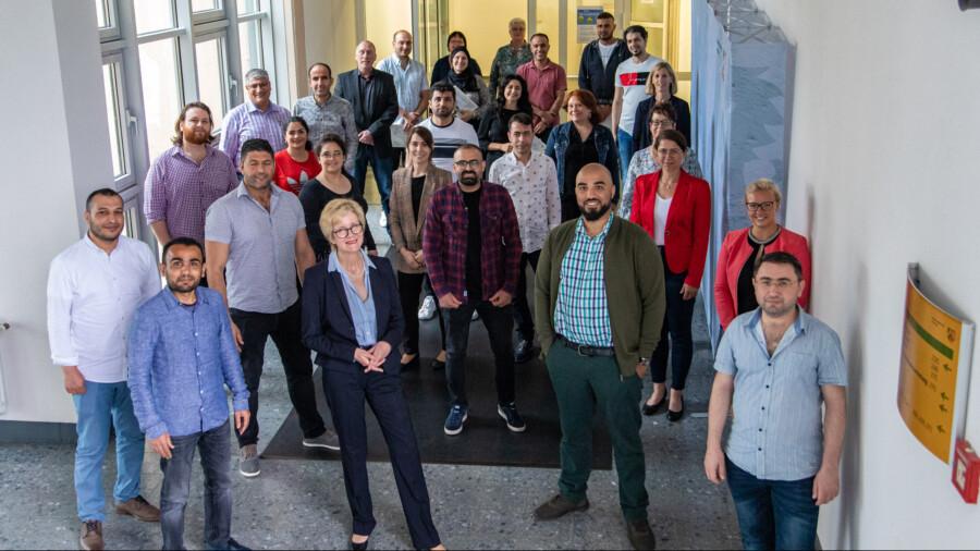 Die neuen Lehrkräfte sowie Absolventinnen und Absolventen mit Christiane Kampelmann-Springer (1. Reihe, Mitte) und weiteren Projektpartnern. (Foto: Bezirksregierung Arnsberg)
