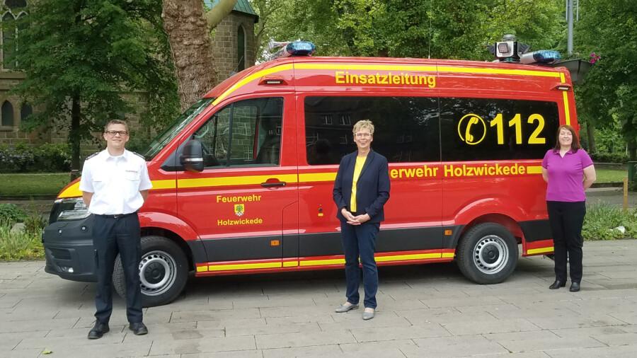 Bürgermeisterin Ulrike Drossel (M.) und Andrea Brune (Fachbereich 2A) übergaben den neuen Einsatztleitwagen an Enrico Birkenfeld, den Leiter der Holzwickeder Feuerwehr. (Foto: Gemeinde Holzwickede)