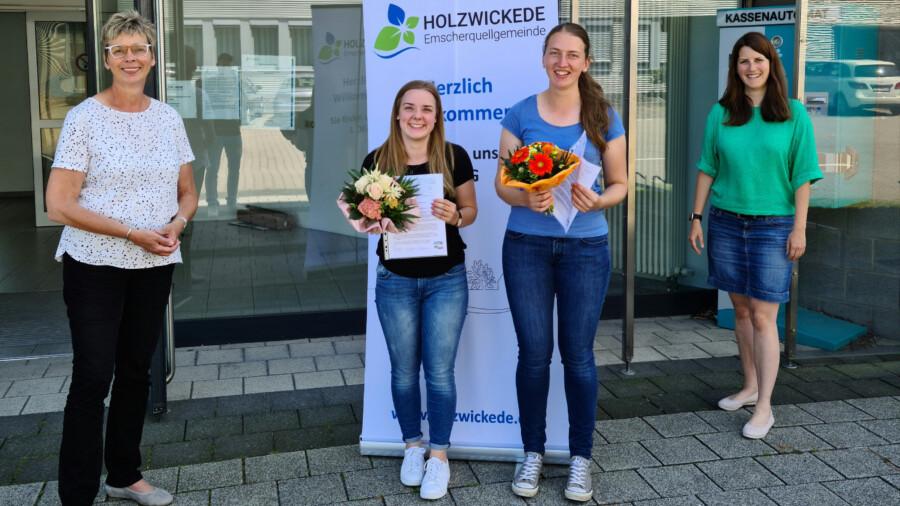 Bürgermeisterin Ulrike Drossel und Ausbildungsleiter Linda Stieler (r.) gratulieren Viktoria Meier und Elina Dombrowski (2.v.r.)  zur bestanden Prüfung im Ausbildungsberuf. (Foto: Gemeinde Holzwickede)