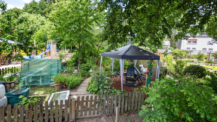 Hinter den Häusern Bahnhofstraße 55 und 57 haben sich die Bewohner eine grüne Oase geschaffen. (Foto: P. Gräber - Emscherblog)