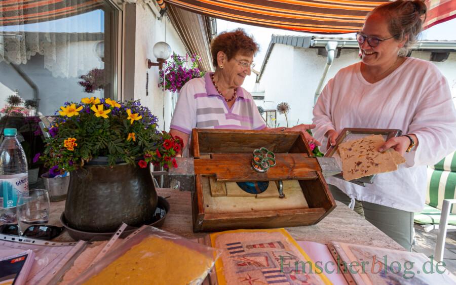 """Ursula Ernst (li.) überreichte Ilka Breker heute ihre alte Papierpresse und alles, was zum Papierschöpfen benötigt wird: """"Ich freue mich, dass die Sachen in so gute Hände kommen."""" (Foto: P. Gräber - Emscherblog)"""