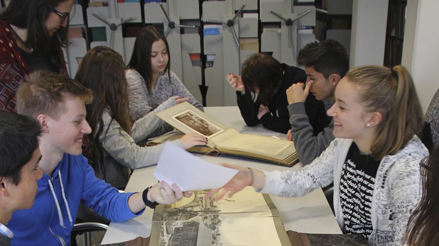 Das Westfälische Wirtschaftsarchiv  (WWA) ist bemüht, Schülerinnen und Schülern die Bedeutung und Nutzung von Archiven näher zu bringen:  Austauschschüler bei einem Besuch im Dortmunder WWA.  (Foto: (WWA Dortmund)