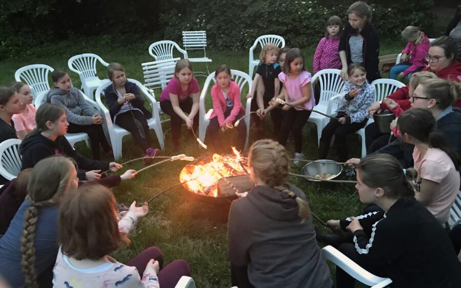 uch eine Mädchenfreizeit auf dem Ponyhof Hilbeck hat die Ev. Jugend Holzwickede und Opherdicke nächstes Jahr wieder im Programm. Im Vorjahr haben die Mädchen den Tag gerne bei Stockbrot am Lagerfeuer ausklingen lassen. (Foto: Ev. Jugend)