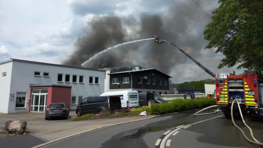 Die Holzwickeder Feuerwehr ist mit beiden Löschzügen im Einsatz und geht über die Drehleiter und von den Seiten gegen das Feuer vor. (Foto: F. Brockbals)