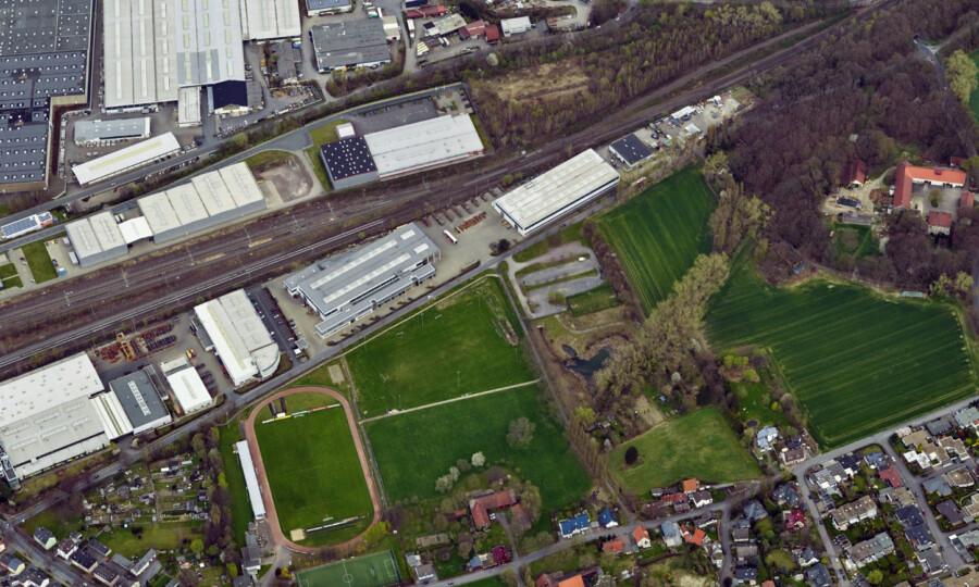 Diese Luftbild zeigt den Planungsbereich der Montanhydraulik vom westlichen Beginn an der Bahnhofstraße (li. unten) bis zur Einmündung Massener Straße (re. oben)  (Luftbild: Geoservice Kreis Unna)