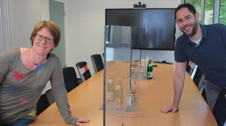 Die WFG-Mitarbeitenden Anica Althoff und Ansgar Burchard freuen sich, in den neu ausgestatteten Besprechungsräumen die vielfältigen Beratungsangebote digital, aber auch wieder persönlich anbieten zu können. (Foto: Böinghoff)