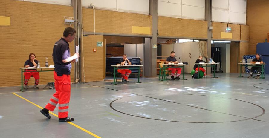 Ausbildung unter besonderen Bedingungen: Rotkreuzler aus dem ganzen Kreis trafen sich am Wochenende zur Weiterbildung in der Turnhalle im Schulzentrum. (Foto: DRK)