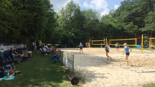 Die Ausrichter des 1. VVH freuen sich über das große Interesse, auf das ihr Ranglistenturnier im Beachvolleyball (D-Damen) am Samstag in der Schönen Flöte stieß: ein gelunger Wiedereinstieg in den Wettkampfsport. (Foto: privat)