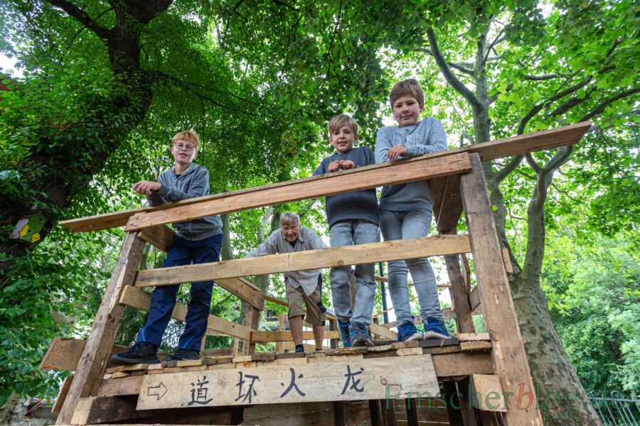 Stolz präsentieren sich die Erbauer der Chinesischen Mauer auf  ihrem Bauwerk mit Ralf Sonnenburg (2.v.l.). (Foto: P. Gräber - Emscherblog)