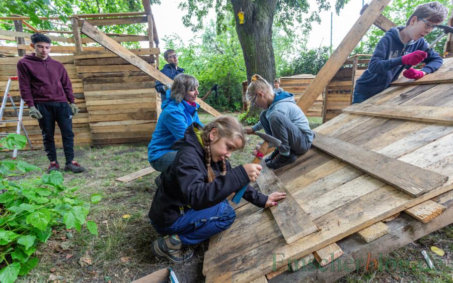 Unter Anleitung von Kerstin Dreisbach-Dirb (2.v.l.) erweisen sich auch die Mädchen als richtig gute Handwerker. (Foto: P. Gräber - Emscherblog)