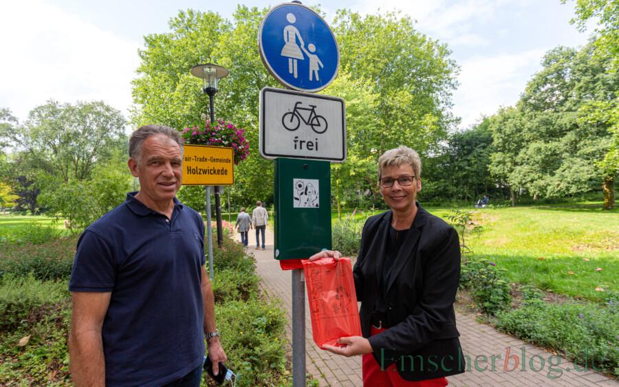 Bürgermeisterin Ulrike Drossel und Armin Nedomansky stellen das neue Angebot vor: Die Gemeinde bietet ab sofort kostenlos Hundebeutel im Emscherpark an. Die ersten 1.000 Stück sind schon verteilt.  (Foto: P. Gräber - Emscherblog)