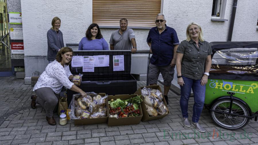 Freude über den neuen Standort der Foodsharing-Box, v.l.: Sabine Kwiatkowski, Ulrike Dürholt, Julia Schreier, Dieter Kwiatkowski, Manfred Nischik (FeG) und Susanne Werbinsky. (Foto: P. Gräber - Emscherblog)
