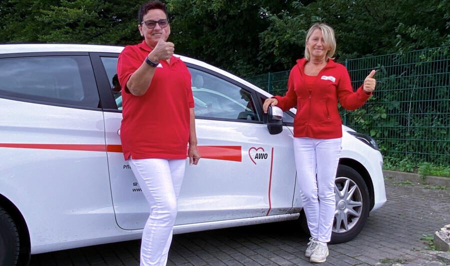 Daumen hoch für die Pflegeprämie: Mitarbeiterinnen der AWO Ruhr-Lippe-Ems freuen sich über die Corona-Bonuszahlung für Pflegekräfte. (Foto: Magnus Memmeler/AWO Ruhr-Lippe-Ems)