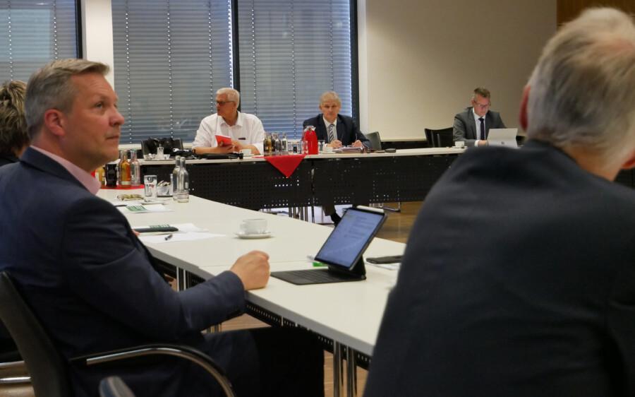 Landrat Makiolla (r.) lud Regierungspräsident Vogel (l.) zur Konferenz mit den Bürgermeisterinnen und Bürgermeistern ein. (Foto: Max Rolke – Kreis Unna)