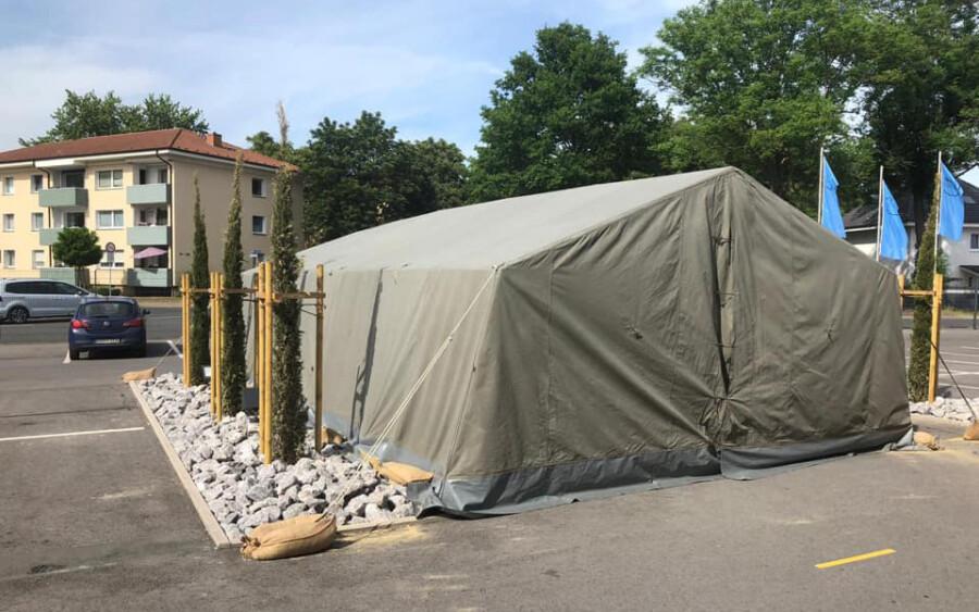 Das Foto zeigt das gestohlene DRK-Zelt vor dem Ausländeramt in Unna nach dem Aufbau im vergangenen Monat. (Foto: DRK Holzwickede)