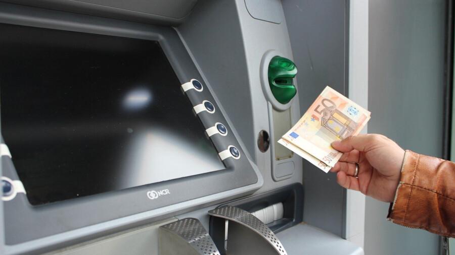 Geldautomaten sind in Holzwickede rar geworden. Es gibt sie nur noch in der Sparkasse und Volksbank an der Hauptstraße. (Symbolfoto:  Pixabay)