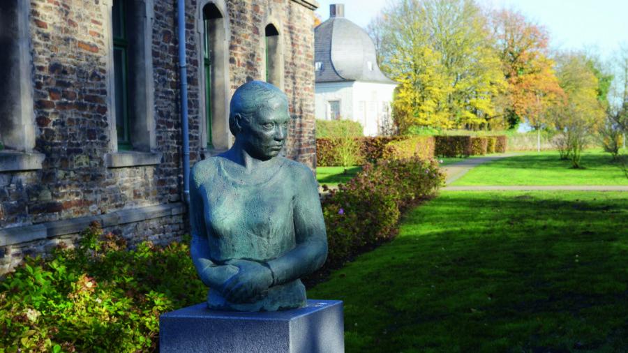 Zum Skulpturenpark am Haus Opherdicke gibt es jetzt auch Wissenswertes als Faltblatt im Taschenformat. (Foto: Thomas Kersten - Kreis Unna)
