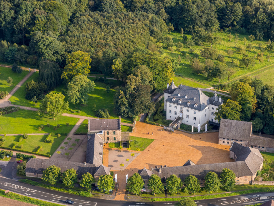 Von oben sieht jeder: Auf dem Gelände des Wasserschlosses ist genug Platz für Konzerte mit Abstand. (Foto: Hans Blossey - Kreis Unna)