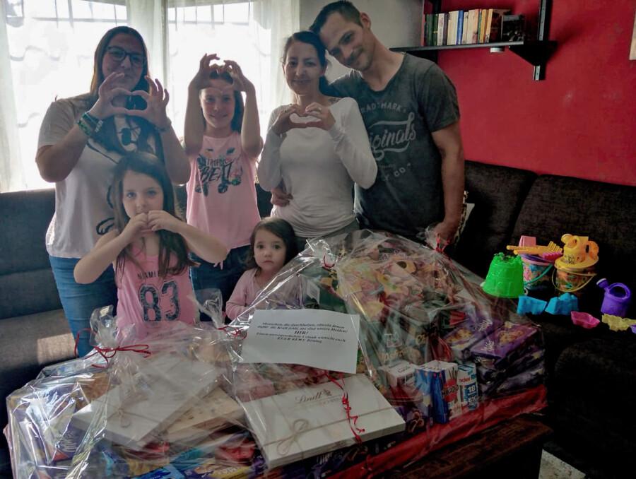 Dankbar für die Hilfe: Cäcilia, Amelie, Isabell, Emma mit ihren Eltern Tanja und Benjamin Raupach. Im Vordergrund der Riesenkorb mit der gespendeten Urlaubsverpflegung. (Foto: F. Brockbals)