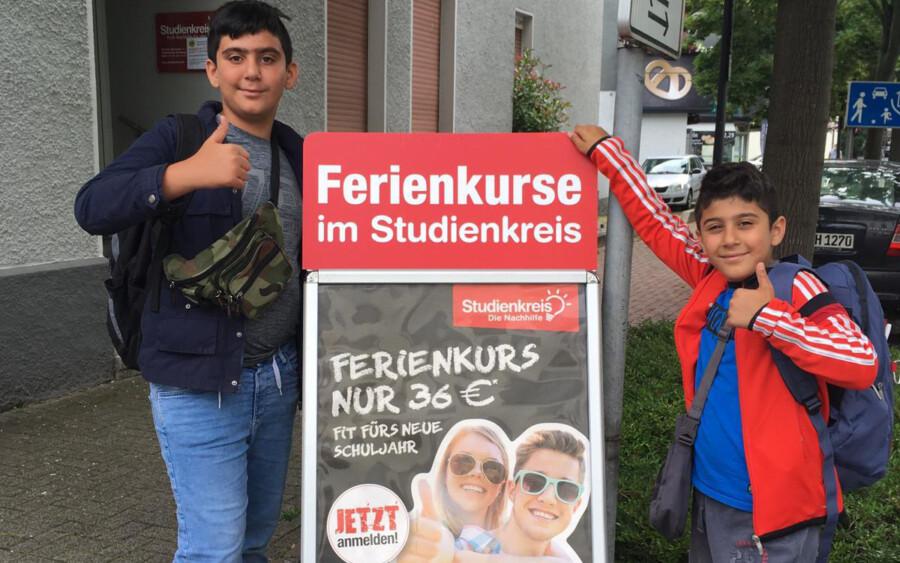 Die beiden Schüler SIsa (li.) und Legzin sind froh über die Hilfe und nutzen die Gutscheine der Grünen gerne. (Foto: privat)